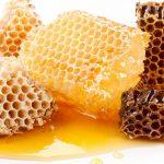 Можно ли глотать воск, когда ешь мед в сотах?