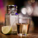 Почему текилу пьют с солью?